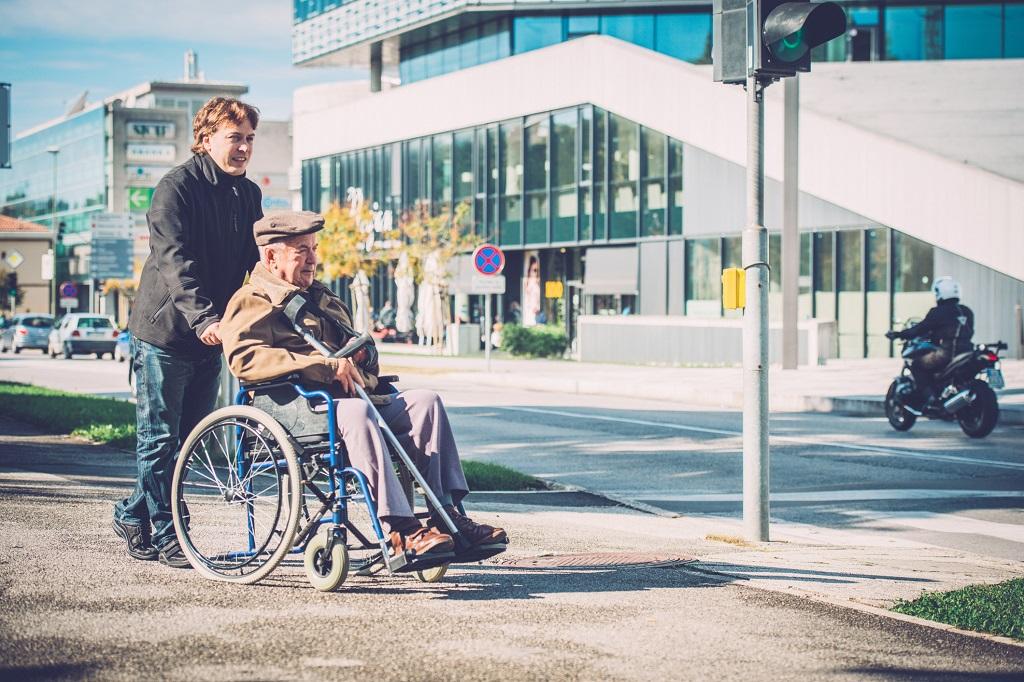 Как выбрать удобную инвалидную коляску